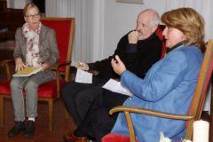 Barbara Petermann bei einer Lesung im Gonsenheimer Rathaus und Diskussion mit der Ortsvorsteherin Sabine Flegel und dem Arzt Dr. Christoph Lembens.